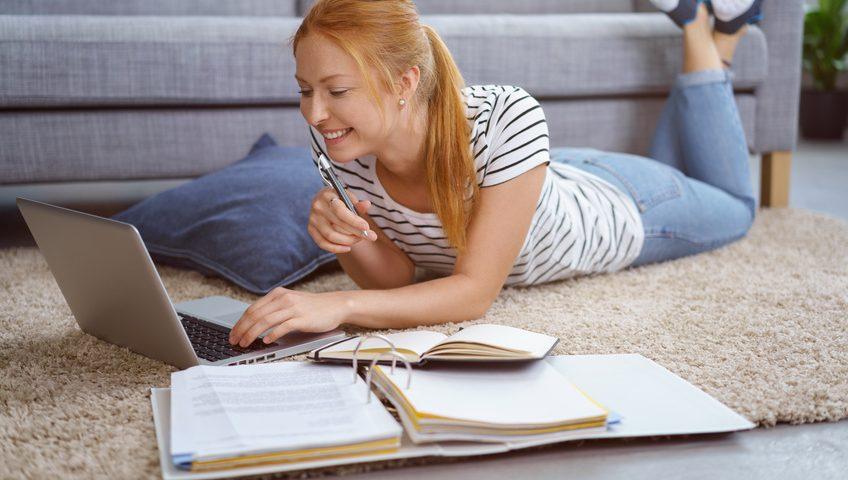Frau lernt im Fernstudium